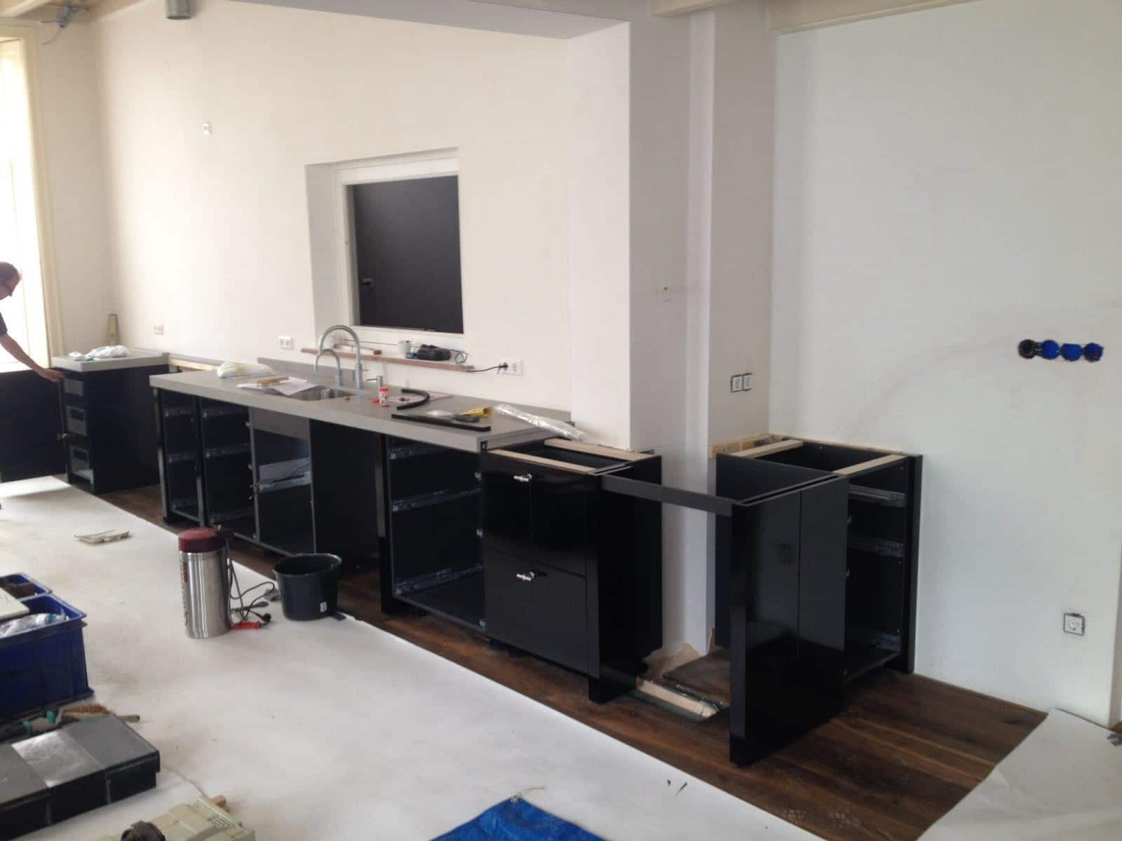 Zwart Keuken Fornuis : Bybeelen private label keuken in zwart hoogglans keukenstudio beelen